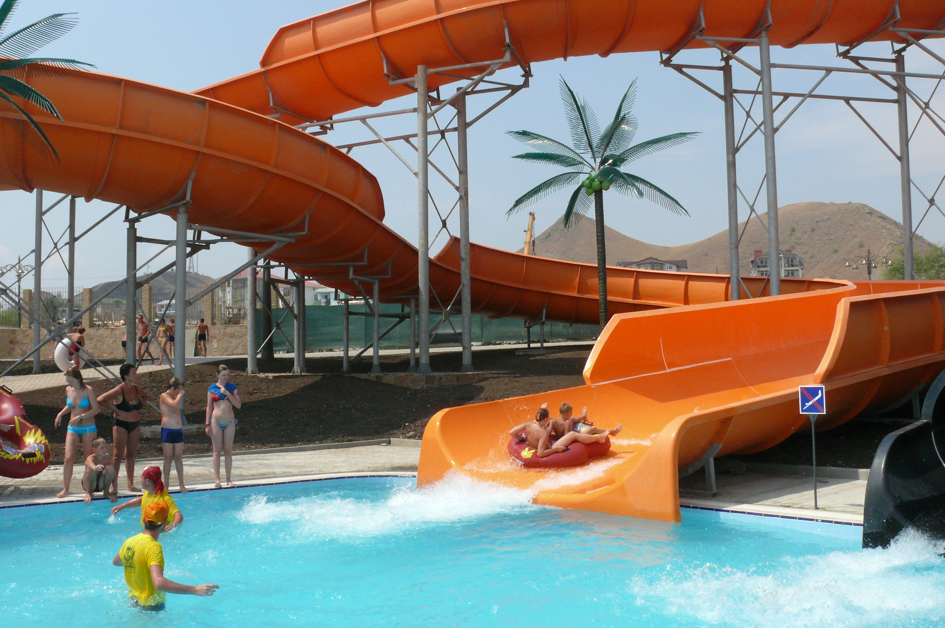 https://aquapark-koktebel.ru/wp-content/uploads/2020/04/Semya-na-plotu.jpg